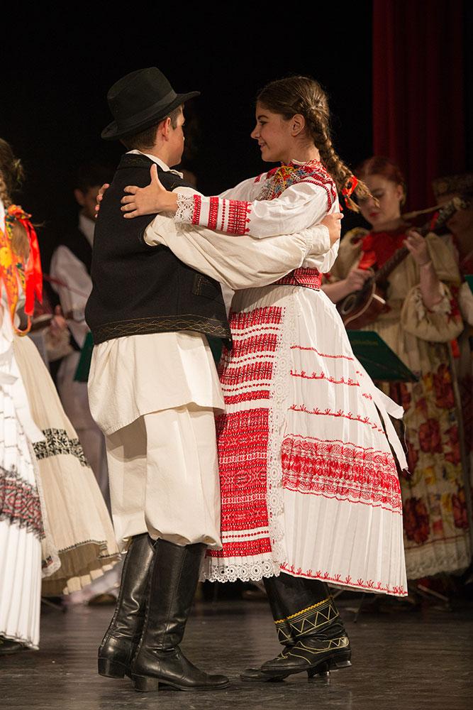 Skola-folklora-Djecja-skupina-16-Koreografija-Sridi-luga-zelenoga