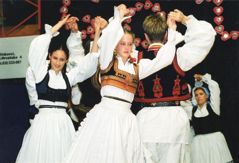 Skola-folklora-Odrasli-Koreografija-Sridi-luga-zelenoga-01